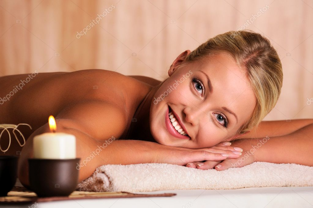 Close-up portrait of a beautiful smiling female lying down in beauty salon — Photo #1546330