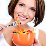 Frau mit einem Teller mit Gemüsesalat — Stockfoto