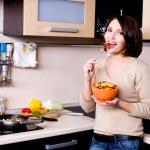 mujer come las verduras frescas — Foto de Stock