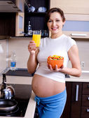 Healthy eating for pregnant woman — Stock Photo