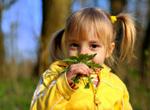 Kleine mädchen und wilde blumen — Stockfoto