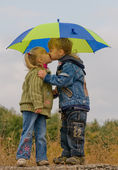 Little boy and girl with umbrella — 图库照片