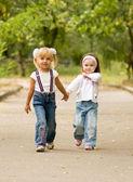 Młoda dziewczyna przyjaciółmi pójść na spacer parku — Zdjęcie stockowe