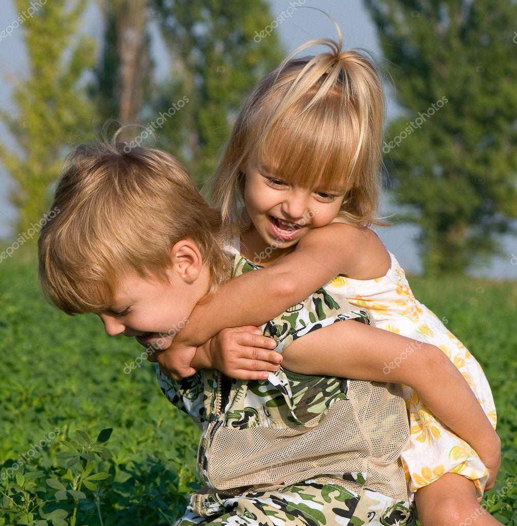 Фото с маленькими девочкой и мальчиком 15 фотография