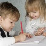 女の子と男の子の描画 — ストック写真
