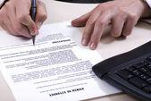 Een ondertekening van document — Stockfoto