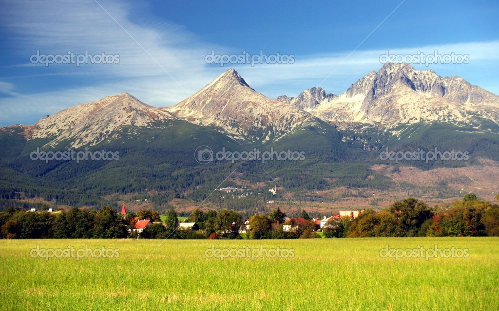 A view of The Tatra Mountains and village in summer, Slovakia. — Foto de Stock   #2391538