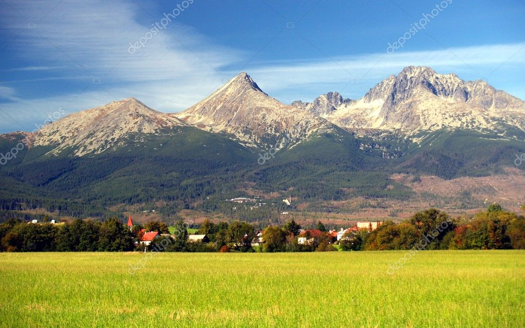 A view of The Tatra Mountains and village in summer, Slovakia. — Stockfoto #2391538