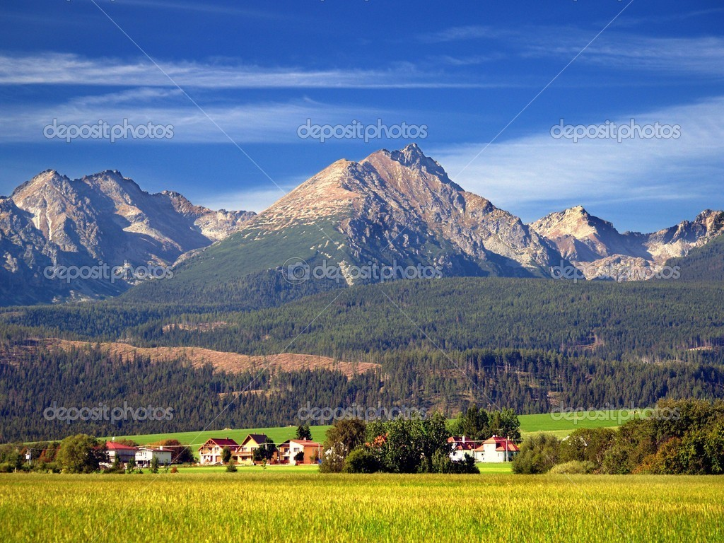 A view of The Tatra Mountains and village in summer, Slovakia. — Foto de Stock   #2392180