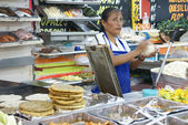 墨西哥女人让油炸玉米饼 — 图库照片