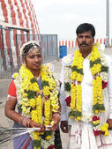 Bride and groom visit the Shiva temple — Stock Photo