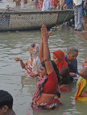 Hindus perform ritual puja at dawn in the Ganges — Stock Photo