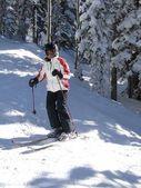 Seul skieur tisse son chemin à travers l'hiver nu une — Photo