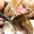 Addict girl with gun — Stockfoto