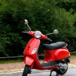 een rode scooter — Stockfoto