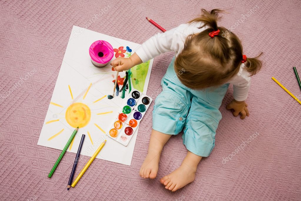 The small beautiful girl paints on a paper  — Foto Stock #1763493