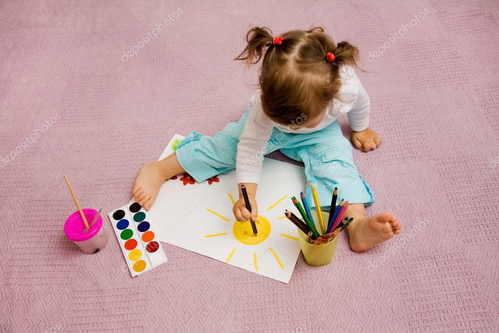The small beautiful girl draws pencils on a paper the sun sitting on a floor — Stock Photo #1763560