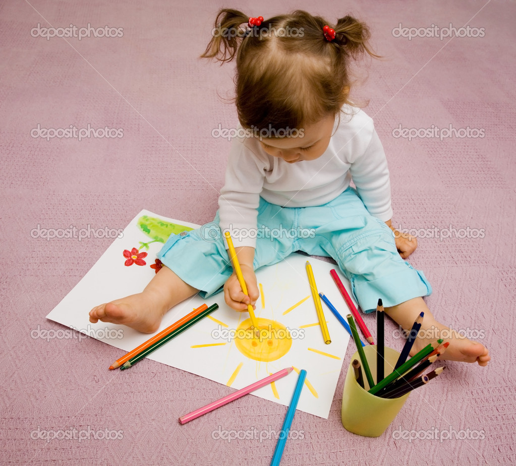 The small beautiful girl draws pencils on a paper the sun sitting on a floor — Stock Photo #1763615