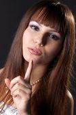 Красивая женщина спрашивает молчания. — Стоковое фото