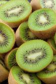 Essen Kiwi Frucht Scheiben. — Stockfoto