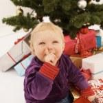 Baby záludně otevírání vánoční dárek — Stock fotografie #1460401