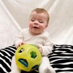 carino piccolo bambino giocando con il giocattolo — Foto Stock