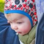 innocente bambino caucasico guardando in basso — Foto Stock