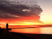 Brillante rosso tramonto sull'oceano — Foto Stock
