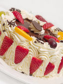 Delicious cream cake with strawberries — Stock Photo