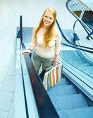 年轻的女士,在购物商场 — 图库照片