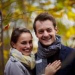 amor - feliz pareja joven sonriéndote — Foto de Stock