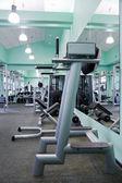 Habitación con aparatos de gimnasio — Foto de Stock