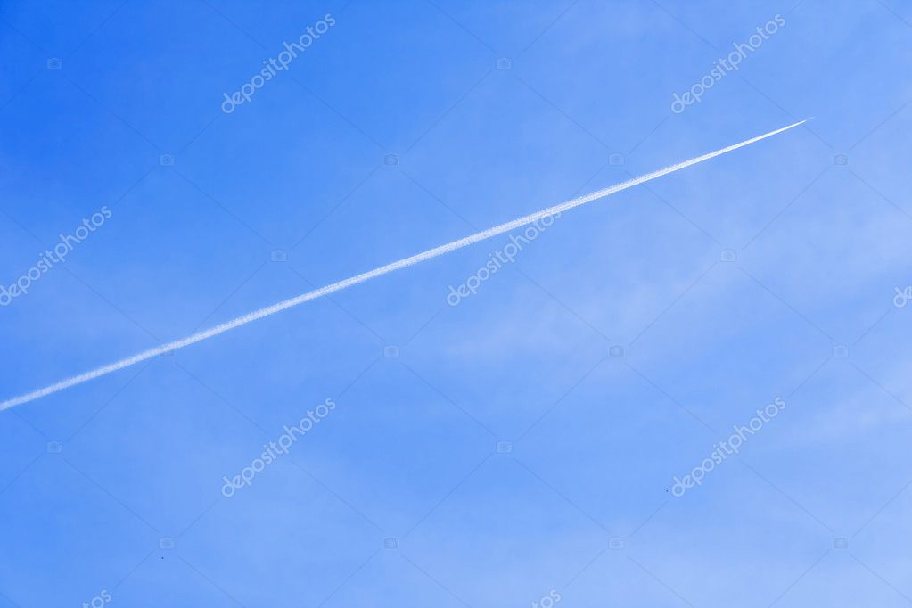 Exhaust trail seen behind a aircraft very high in the sky.  Lizenzfreies Foto #1452123