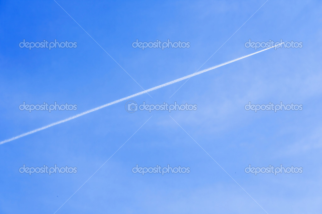 Exhaust trail seen behind a aircraft very high in the sky. — Foto de Stock   #1452123
