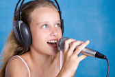 Pretty young girl singing — Stock Photo