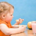 küçük kız bebek yemek yeme — Stok fotoğraf