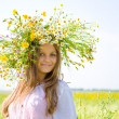 Young girl with chamomile wreath on head — Stock Photo
