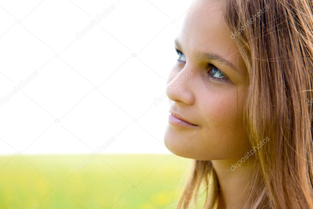 Close-up face portrait of young girl on summer background — Stok fotoğraf #1963600