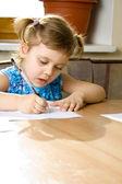 Mała dziewczynka uczy się pisać — Zdjęcie stockowe