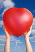 Palloncino rosso nelle mani del bambino — Foto Stock