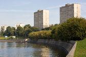 路堤和建筑物 — 图库照片