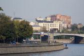 Moskou voortbouwend op een kade — Stockfoto