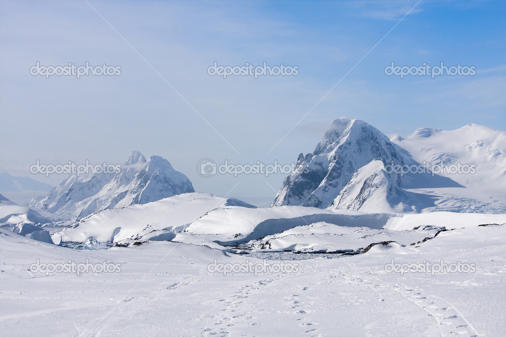 Mountain range is covered with white snow in Antarctica — Stock Photo #1644186