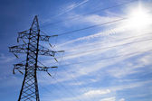 Elektrische leidingen op blauwe hemel — Stockfoto