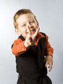 男孩制作标志竖起大拇指 — 图库照片
