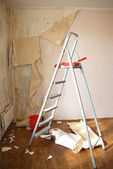 Clearing of walls of wall-paper before repair in an apartment — Stock Photo
