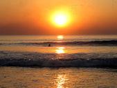 日没時の男性水泳 — ストック写真