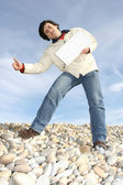 Uomo che tiene la carta bianca in spiaggia — Foto Stock
