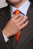 Detalj av en man, fastställande hans slips — Stockfoto