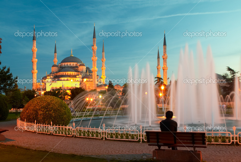 Man sitting on a bench opposite of blue mosque in Istanbul — Stock Photo #1495598